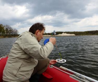 Pomiar przeźroczystości wody za pomocą krążka Secchiego (Nowogród Bobrzański)